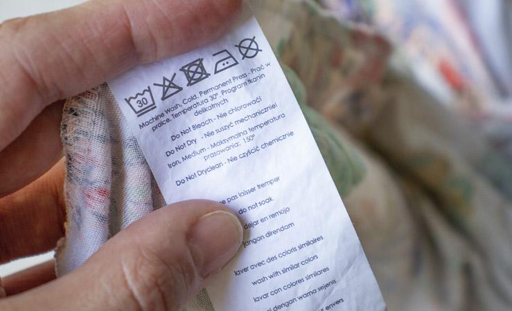 Leggere le etichette dei vestiti: impariamo a conoscere i simboli