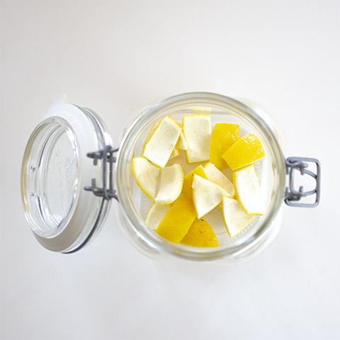 Reusable dusting cloths: put pieces of lemon in the jar